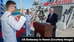 Ông John McCain trong buổi lễ thực hiện thủ tục tái nhập ngũ cho thủy thủ và thăng cấp đại úy cho 3 sĩ quan trên tàu USS John S McCain.