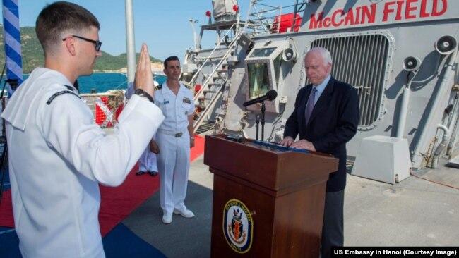 Ông McCain trong buổi lễ thực hiện thủ tục tái nhập ngũ cho thủy thủ tàu và thăng cấp đại úy cho 3 sĩ quan.
