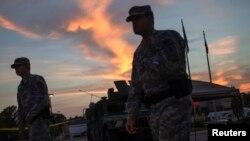 Anggota Garda Nasional mengamankan lapangan parkir sebuah pusat perbelanjaan di Ferguson, Missouri. Mereka sudah ditarik meninggalkan kota tersebut.