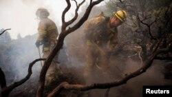소방관들이 캘리포니아 요세미티 국립공원에서 산불 진화 작업을 벌이고 있다.
