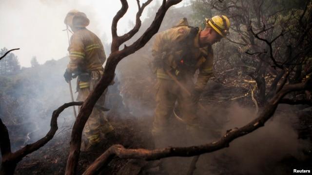 Firefighters battle a blaze at Yosemite National Park, California, August 24, 2013.