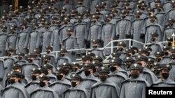 Para kadet mengenakan masker di Stadion Michie menjelang laga sepak bola Amerika (football) antara Angkatan Darat dan Angkatan Laut, di West Point, New York,12 Desember 2020.