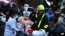 Seorang wanita dievakuasi dengan sebuah tandu setelah terjadinya ledakan di pusat perbelanjaan Centro Andino di Bogota, Kolombia, 17 Juni 2017 (foto: AP Photo/Ricardo Mazalan)
