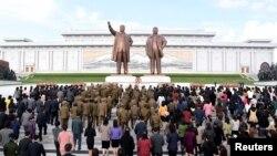 지난해 4월 북한 인민군 창건 85주년을 맞아 평양 만수대 언덕에 있는 김일성·김정일 부자 동상에 인민군 장병들과 각 계층 근로자·학생들이 꽃바구니를 바치고 있다.