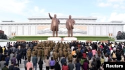 북한 인민군 창건 85주년을 맞은 지난 25일 평양 만수대 언덕에 있는 김일성·김정일 부자 동상에 인민군 장병들과 각 계층 근로자·학생들이 헌화했다고 조선중앙통신이 보도했다.