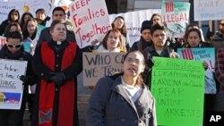 Miembros de la Coalición por los Derechos de los Inmigrantes defienden a los indocumentados en un mitin frente al capitolio en Denver.