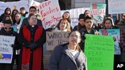 Los jóvenes amparados por la acción diferida reciben un permiso de trabajo y les cancela las órdenes de deportación.
