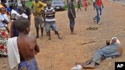 Numa rua de Monrovia, um homem supostamente infectado com o Ebola jaz sem que haja quem chegue perto (12 Setembro 2014)