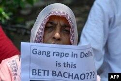 سماجی کارکنان دلت بچی کے ساتھ مبینہ زیادتی کے بعد قتل کے معاملے پر پولیس کی کارکردگی سے مطمئن نہیں۔