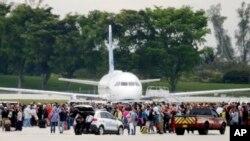 Des passagers sur la piste de l'aéroport Fort Lauderdale, 6 janvier 2016
