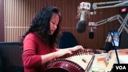 Nghệ sĩ Vân Ánh Vannessa Võ thể hiện một khúc ru con Nam bộ tại phòng thu đài VOA.