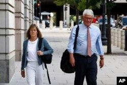 Грег Крейг разом із своєю дружиною під час судових засідань