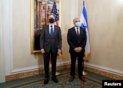 Menlu AS Antony Blinken (kiri) dalam pertemuan dengan Menlu Israel Yair Lapid di Roma, Minggu (27/6).