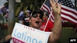 """Сторонники Дональда Трампа устроили митинг в поддержку президента рядом с гольф-клубом в Дорале, где в четверг прошел круглый стол """"Латиноамериканцы за Трампа"""""""