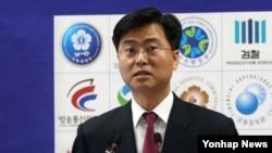한국 검찰의 최윤수 3차장검사가 17일 서울 고등검찰청에서 한수원 사이버테러 사건 중간수사 결과를 발표하고 있다.
