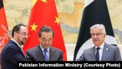 巴基斯坦外长阿西夫与阿富汗外长拉巴尼在北京握手(图片来源:巴基斯坦信息部)。
