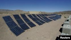 在加利福尼亚州欧文堡的美国陆军国家训练中心展示的太阳能混合电力系统(资料图)