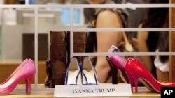 Koleksi sepatu merek Ivanka Trump di pusat perbelanjaan Lord & Taylor di New York. (Foto: Dok)