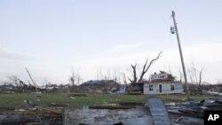印第安纳州一个小镇龙卷风过后的情景