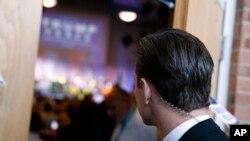 当共和党总统候选人川普在维吉尼亚州的一个集会上讲话时,一名特工在警戒。(2016年8月10日)
