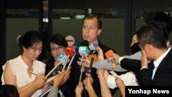 한·중·일 3국 순방에 나선 글린 데이비스 미 국무부 대북정책 특별대표가 9일 오후 인천국제공항을 통해 입국, 취재진의 질문에 답하고 있다.