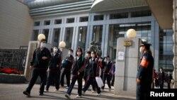 中國北京一所中學的學生回到校園。 (2020年4月27日)