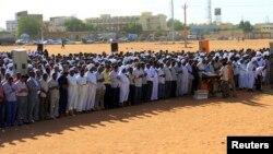Des membres de groupes islamiques en prière, à Khartoum, Soudan, 3 mai 2011.