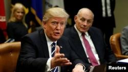جان کلی وزیر امنیت داخلی (راست) و دونالد ترامپ رئیس جمهوری ایالات متحده - آرشیو