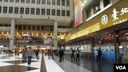 大厅内售票窗口和自售机前(美国之音申华拍摄)