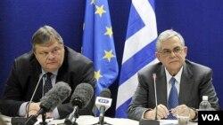 PM Yunani Lucas Papademos (kanan) dan Menkeu Yunani Evangelos Venizelos mengajukan rancangan pengurangan besar-besaran anggaran pensiun Yunani.
