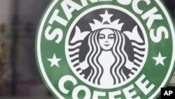 អតិថិជនម្នាក់អង្គុយញ៉ាំអាហារនៅជិតផ្លាកសញ្ញាស្តារបាក់ស៍ (Starbucks) នៅទីក្រុងប៉េកាំង ប្រទេសចិន កាលពីថ្ងៃទី៣ មករា ២០០៦។