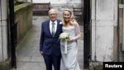 Taipan media Rupert Murdoch dan mantan supermodel Jerry Hall berfoto di luar Gereja St. Bride di London usai pemberkatan pernikahan (5/3). (Reuters/Peter Nicholls)