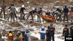 인도네시아 자바섬에 발생한 산사태 현장에 13일 구조인력이 투입돼 실종자 수색작업을 벌이고 있다.
