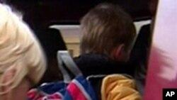 Cậu con nuôi Artyom Savelyev 8 tuổi đang lên một chiếc xe van bên ngoài sở cảnh sát ở Moscow. Artyom được gửi về Nga một mình trên chuyến bay United Airlines