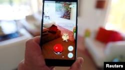 """Trò chơi thực tế ảo """"Pokemon Go"""" của Nintendo trên màn hình một chiếc điện thoại thông minh ở Palm Springs, California, ngày 11 tháng 7 năm 2016."""