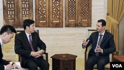 Presiden Suriah Bashar al-Assad (kanan) menerima Wakil PM Tiongkok Zhai Jun di Damaskus (18/2). Assad terus menerima tekanan internasional agar menghentikan penumpasan terhadap demonstran oposisi.