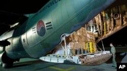Một binh sĩ Nam Triều Tiên kiểm hàng cứu trợ trước khi phi cơ vận tải C-130 của Nam Triều Tiên đưa đến Philippines