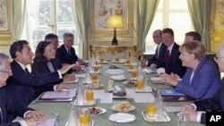 ປະທານາທິບໍດີຝຣັ່ງ ທ່ານ Nicolas Sarkozy ກັບນາຍົກລັດຖະມົນຕີເຢຍລະມັນ ທ່ານນາງ Angela Merkel, ປະຊຸມກັນເພື່ອຫາທາງອອກ ແກ່ບັນຫາໜີ້ສິນຂອງຢູໂຣບ ທີ່ທໍານຽບປະທານາທິບໍດີຝຣັ່ງ Elysee Palace ຢູ່ນະຄອນຫລວງປາຣີ, ວັນທີ 16 ສິງຫາ 2011.