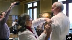阿肯色州長哈欽森在州政府打流感預防針