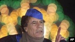 Tsohon shugaban kasar Libya Moammar Gadhafi a wani taron manema labarai. Feb. 5, 2001,