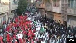 Unjuk rasa ribuan demonstran anti-pemerintah di kota Homs (18/9).