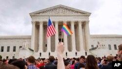 26일 미국 연방대법원 앞에서 동성혼 지지자들이 동성혼 합헌 결정을 환영하며 깃발을 흔들고 있다.