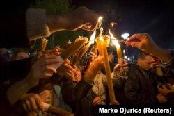Para jamaah menyalakan lilin di Biara St. Sava selama kebaktian Paskah Ortodoks di Beograd 11 April 2015. (Foto: REUTERS/Marko Djurica)