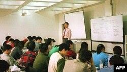 Kinh tế gia Kalun Tse dạy về tài chánh tại trường Thương mại Quốc tế Trung-Âu ở Thượng Hải, một trong những trường dạy về quản lý doanh nghiệp Mỹ và châu Âu đang ngày càng gia tăng ở Trung Quốc