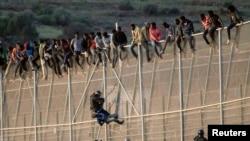 Un membre de la Garde civile espagnole attrape un migrant tentant de traverser la frontière marocaine (archives 2014).