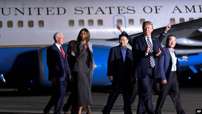 Tổng thống Trump và phu nhân với các tù nhân Mỹ mới được Bắc Hàn thả.
