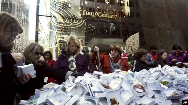 Para pembeli di sebuah toko perhiasan di kota New York pada Black Friday, Jumat (23/11).