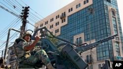 Un soldado libanés hace guardia en la ciudad libanesa de Trípoli, en el norte del país.