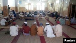 Para pelajar membaca Al-Quran bersama dalam sebuah madrasah di desa Jaba, Balakot, Pakistan (foto: ilustrasi).