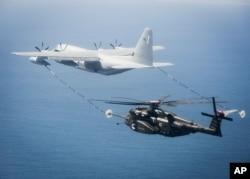 미 해군 소속 KC-130 공중급유기(왼쪽)가 MH-53E 시드래곤 헬기에 공중급유를 실시하고 있다. (자료사진)